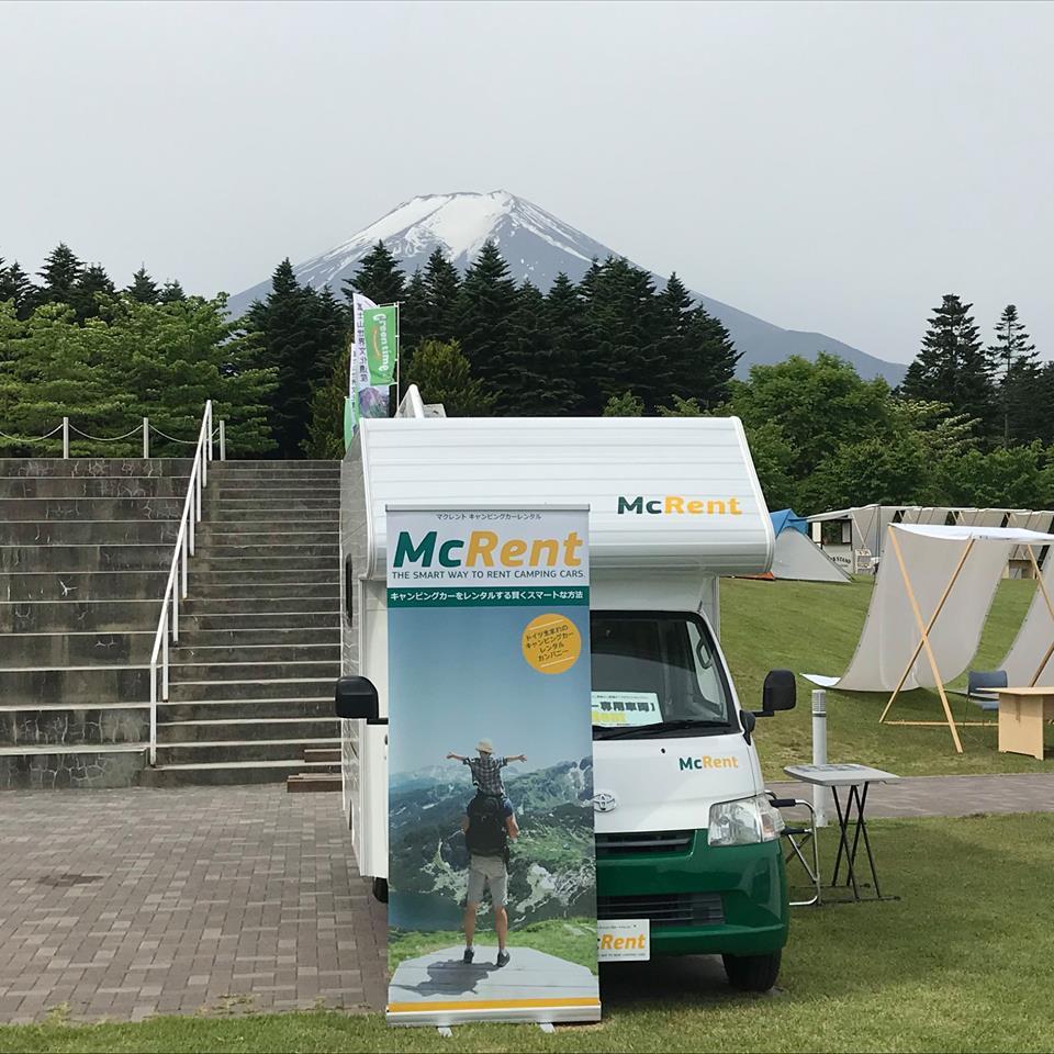 富士山をバックにマクレントのレンタルキャンピングカー